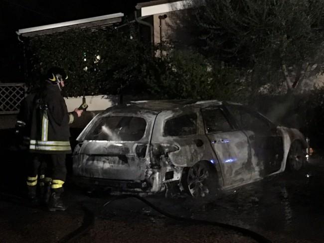 La Citroen bruciata nel cortile della villa a Civitanova