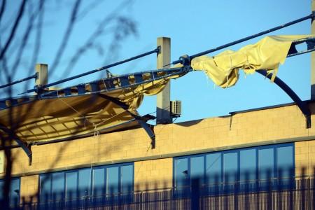 Il tendone della Franco Vago, a Civitanova, squarciato dal vento (foto De Marco)