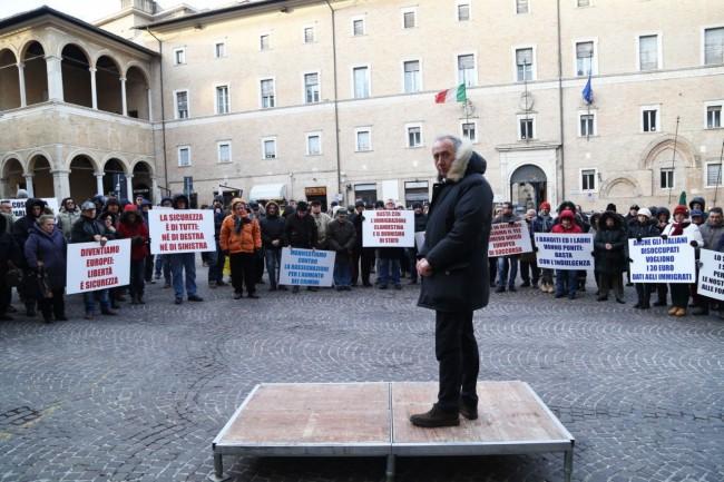 Filippo Saltamartini, sindaco di Cingoli, sceso in piazza della Libertà a Macerata nella manifestazione per la sicurezza di gennaio