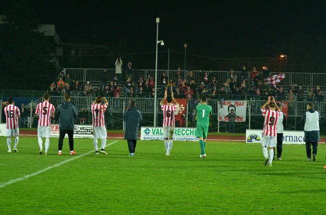 I giocatori della Maceratese salutano i propri tifosi al termine della gara