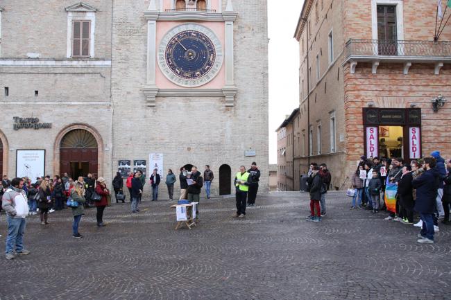 sentinelle in piazza macerata_Foto LB (1)