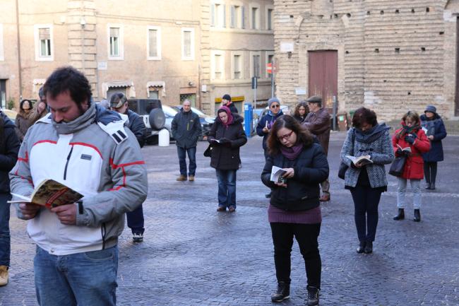 sentinelle in piedi piazza macerata_foto LB (16)