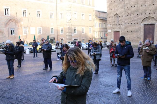 sentinelle in piedi piazza macerata_foto LB (17)
