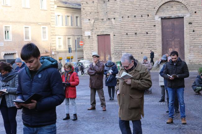 sentinelle in piedi piazza macerata_foto LB (18)