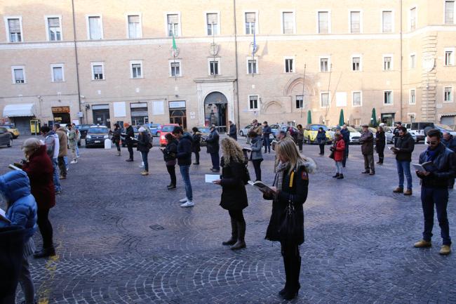 sentinelle in piedi piazza macerata_foto LB (19)