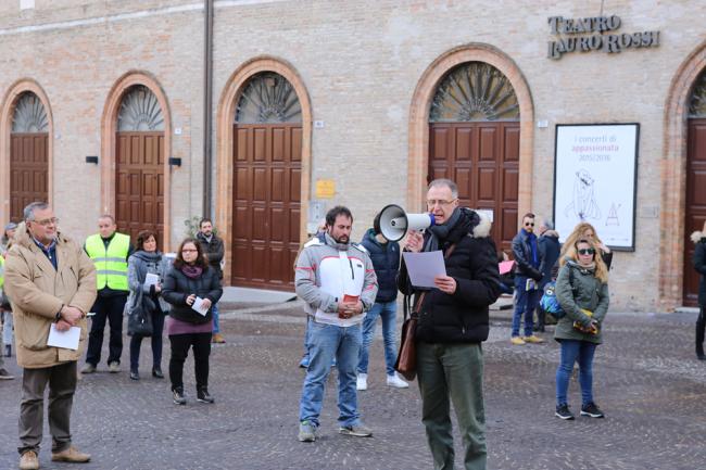 sentinelle in piedi piazza macerata_foto LB (2)