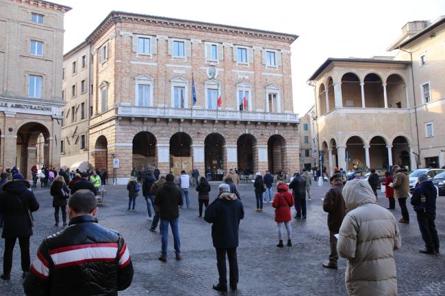 sentinelle in piedi piazza macerata_foto LB (24)