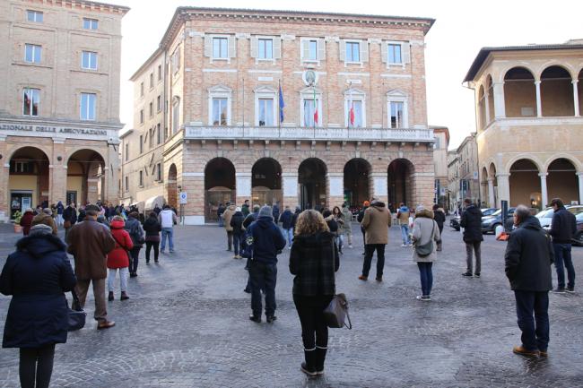 sentinelle in piedi piazza macerata_foto LB (26)