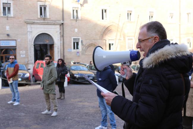 sentinelle in piedi piazza macerata_foto LB (9)