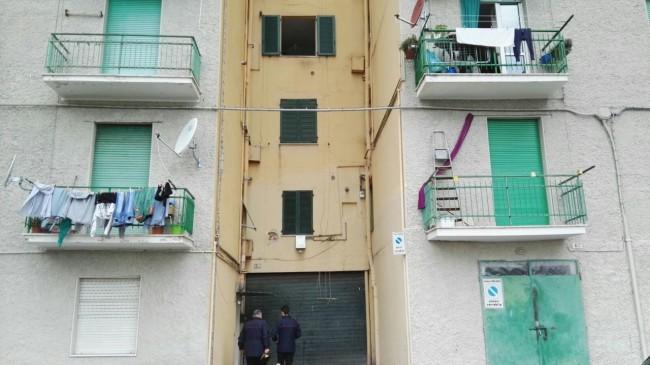 La donna si è lanciata dal terzo piano