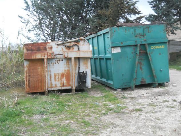 I due container puliti trovati durante il sopralluogo del Comune