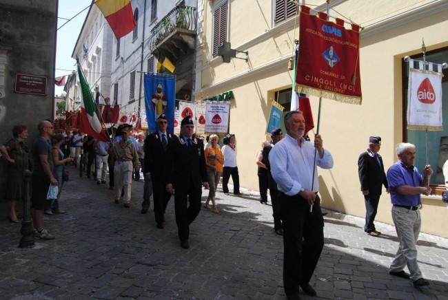 Nicola Tomassoni in primo piano mentre porta lo stendardo dell'Avis lungo corso Garibaldi a Cingoli