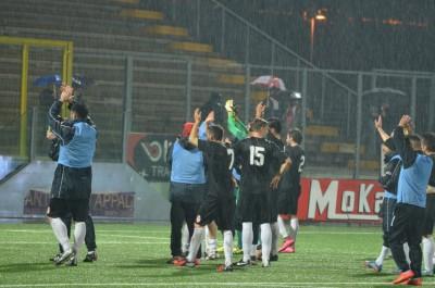 I giocatori della Maceratese salutano i propri tifosi dopo il pareggio di Teramo