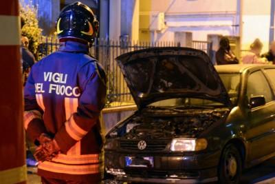 L'intervento dei vigili del fuoco durante l'ultima auto andata a fuoco a Civitanova