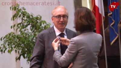 """Laura Boldrini appunta la spinetta degli """"Stati uniti d'Europa"""" sulla giacca del rettore di Unimc"""