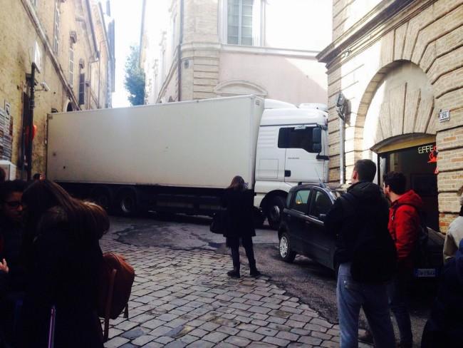 Il camion bloccato in via Don Minzoni