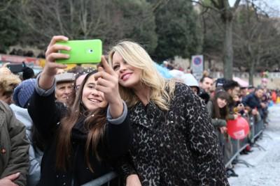 Tanti selfie con Anna Falchi