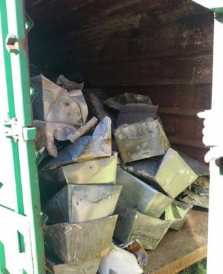 """Il container aperto con le bare così come trovato dai """"No crem"""" nel sopralluogo di un mese fa"""