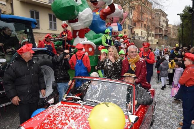 Il giro in auto con il sindaco (Foto Simone Paciaroni)