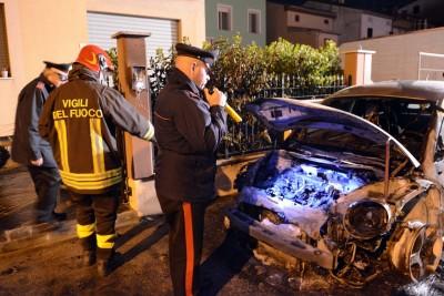 I carabinieri sul luogo dell'incendio