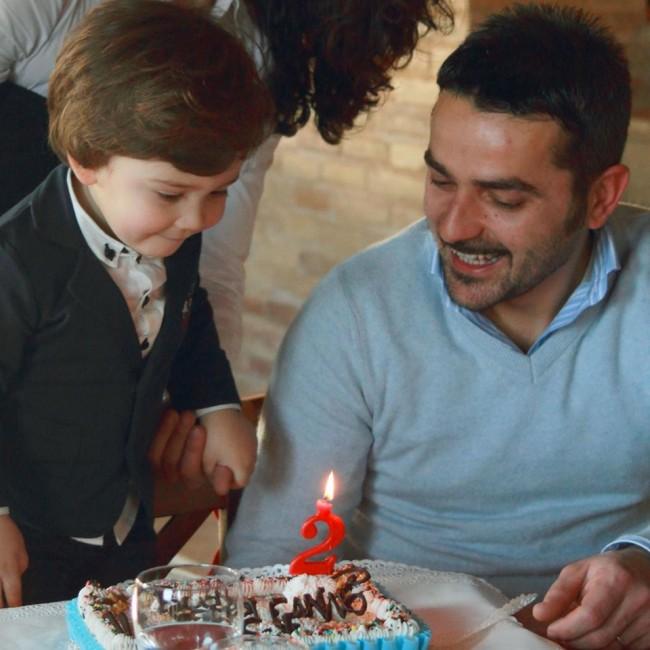 Il piccolo Giosuè con il papà Lorenzo Lucaroni, nel giorno del suo secondo compleanno