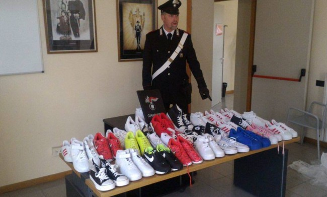 La merce contraffatta recuperata dai carabinieri