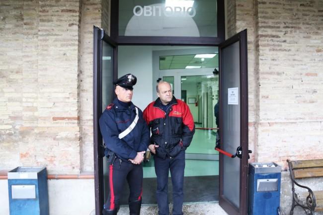 I carabinieri questa mattina all'obitorio di Macerata