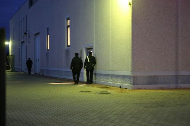 Carabinieri davanti uno degli ingressi del capannone