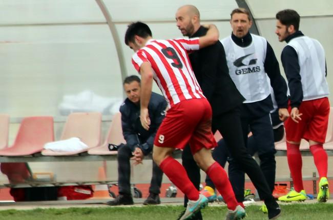 Mister Bucchi abbraccia Colombi dopo il gol del 3 a 0