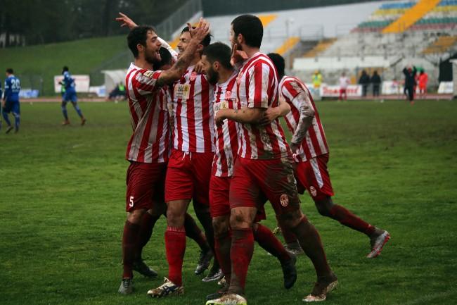 Giordano Fioretti abbracciato dai compagni