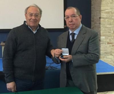 Il presidente dell'Ordine, Dario Gattafoni, premia Romolo Sardellini per i 40 anni di attività professionale