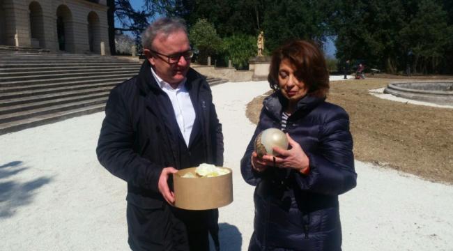Franco Capponi dona a Roberta Preziotti un uovo dipinto che raffigura la piazza di Treia
