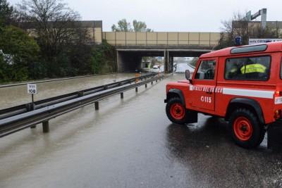 L'intervento dei pompieri in superstrada