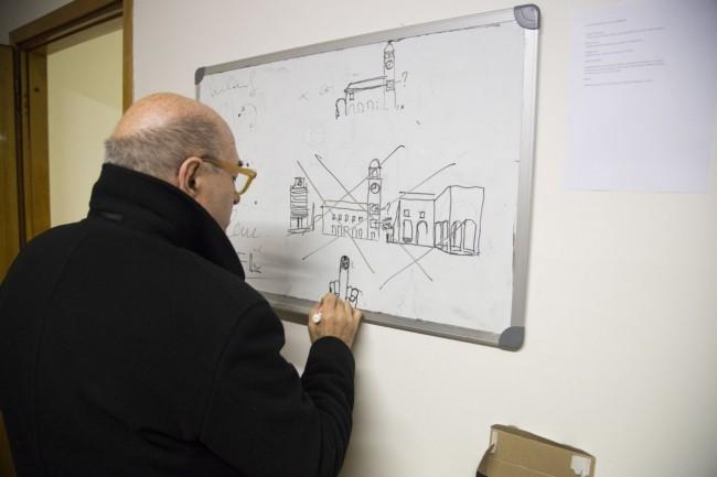 Dante Ferretti disegna piazza della Libertà in una lavagna della redazione