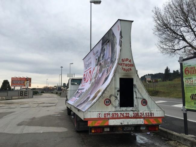 Camion vela leggermente danneggiato - Civitanova