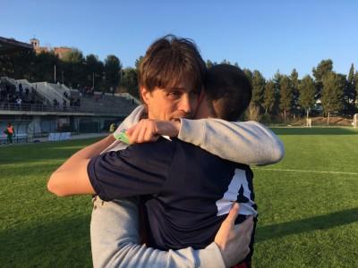 Mister Massimo Paci abbraccia Micolucci a fine gara