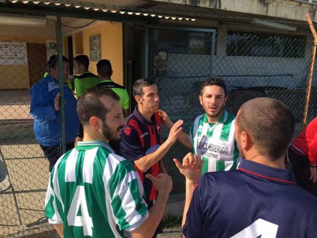Un colloquio fra i giocatori prima del calcio d'inizio