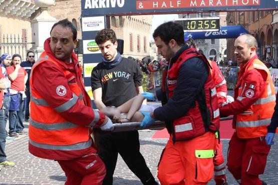 I soccorsi a Sara Buccolini dopo il malore alla Family run (Foto de La Nuova Ferrara)