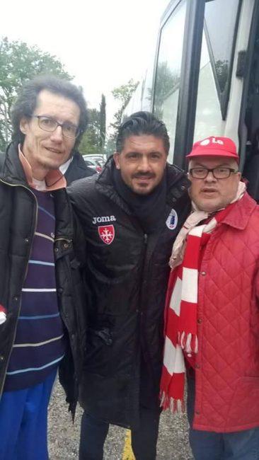 L'allenatore del Pisa Ringhio Gattuso, squalificato, in posa con alcuni tifosi della Maceratese