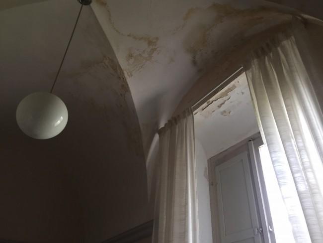 I segni delle infiltrazioni d'acqua nelle stanze