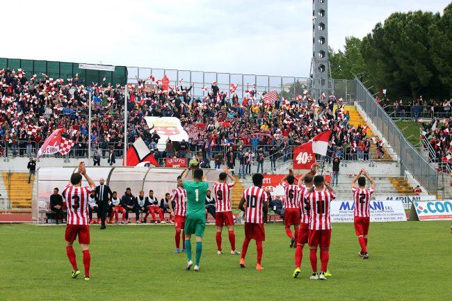 I giocatori della Maceratese salutano i propri tifosi dopo la gara contro il Pisa