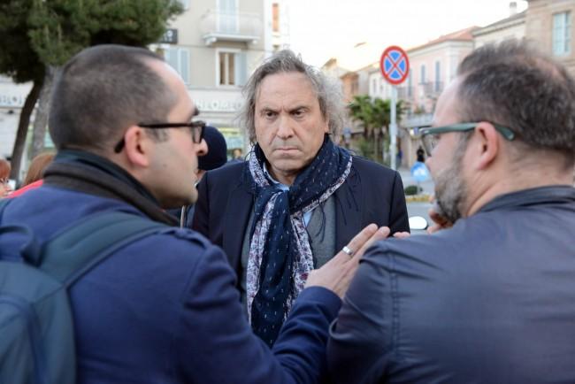 Il consigliere Daniele Maria Angelini ha ascoltato per un pò la protesta dei residenti