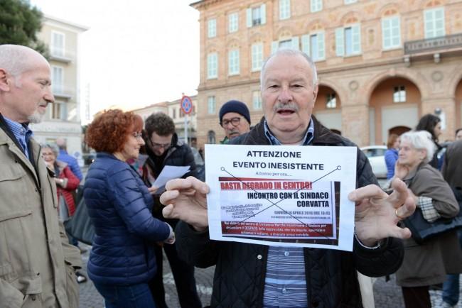 comitato centro - protesta sotto il comune - civitanova (6)