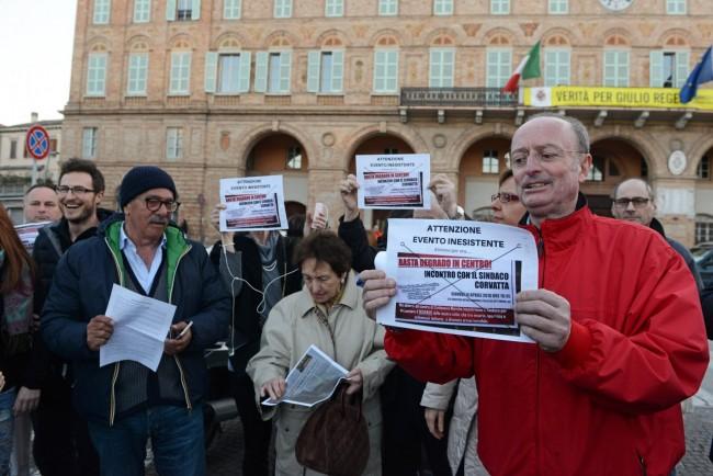 comitato centro - protesta sotto il comune - civitanova (7)