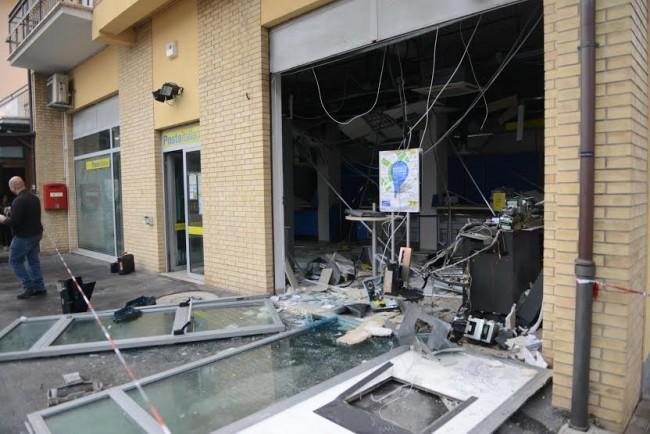 La vetrata distrutta dopo l'esplosione alle Poste di Trodica