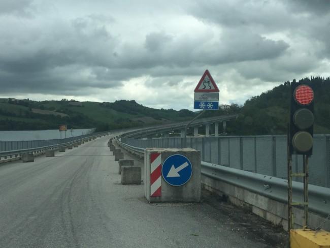 Il semaforo sul ponte in direzione Moscosi