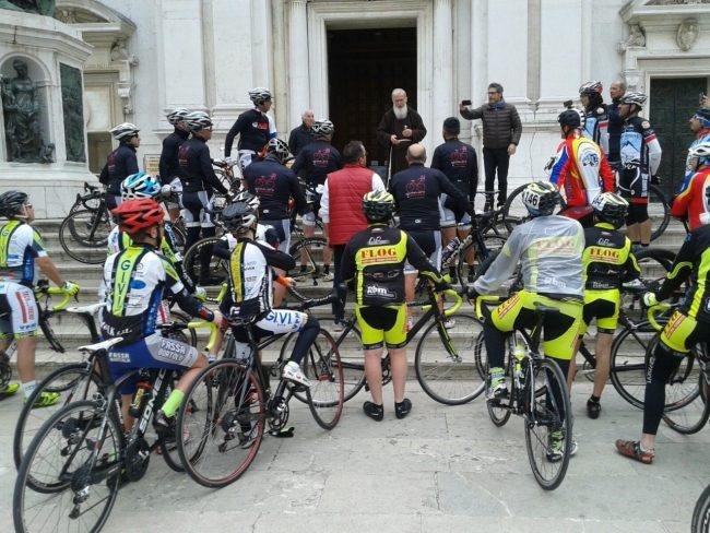 I ciclisti a Loreto nel passaggio della terza tappa Cesenatico- Ortona