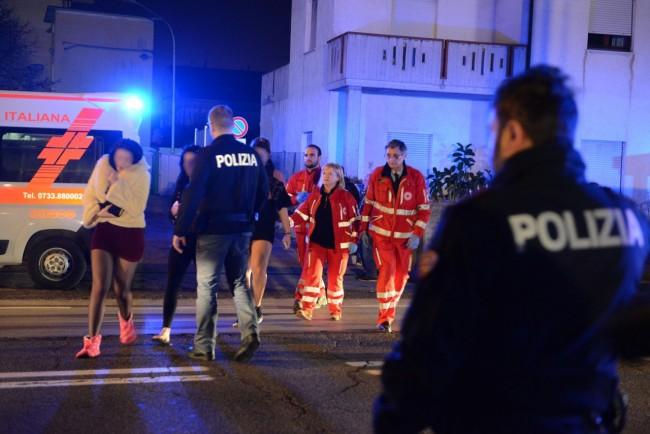 Le ballerine in salvo dopo l'incendio alla palazzina di via Martiri di Belfiore