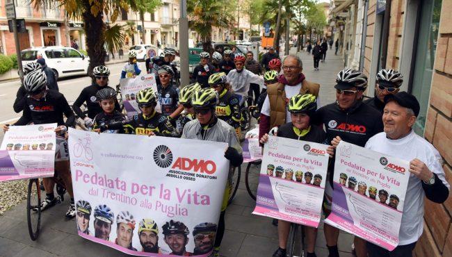 pedalata per la vita - admo - bicilette in corso umberto - civitanova (5)
