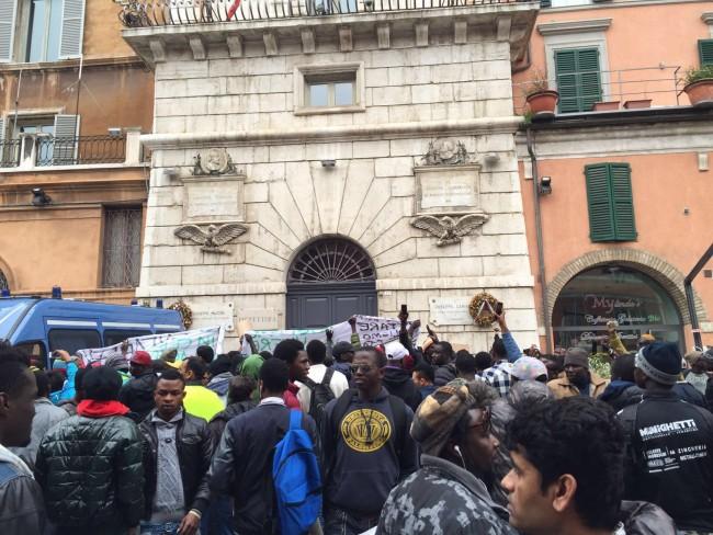 Piazza del Papa invasa dagli immigrati